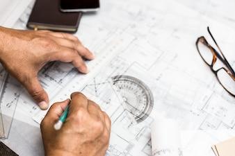 Hände zeichnen auf Pläne