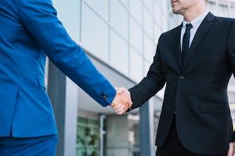 Händedruck von zwei Geschäftsmännern