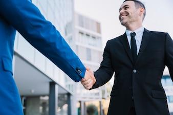 Händeschütteln von Geschäftsleuten