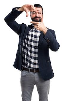 Handsome man konzentriert sich mit seinen fingern