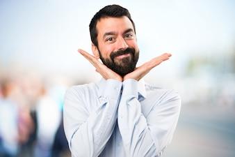 Handsome Mann mit Bart mit Fieber auf unfocused Hintergrund