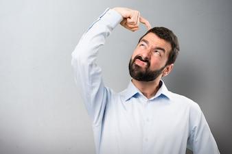 Handsome Mann mit Bart Zweifel an strukturierten Hintergrund