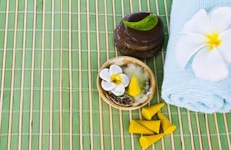 Handtuch mit Steinen auf einem Tisch aus Schilf