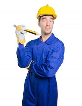 Happy Workman mit einem großen Bleistift auf weißem Hintergrund