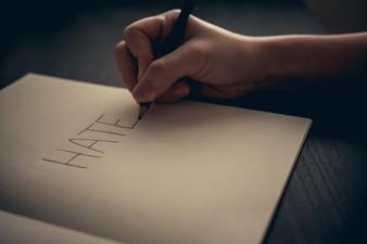 Hass-Konzept - Hand schreiben Hass auf Buch
