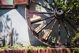 Haus außen mit Garten und Holzrad
