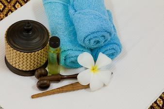 Health Spa mit weißen Blüten, Flaschen mit ätherischen Ölen