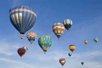 Heißluftballons im blauen Himmel