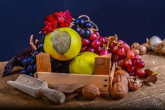 Herbst Zusammensetzung mit Blumen Früchte und Nüsse auf einem Teppich Hintergrund
