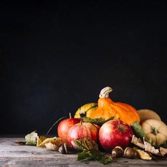 Herbstliche Ernte auf Tisch