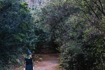 Hexe Frau zu Fuß in Wald