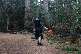 Hexe Mädchen stehend zurück in Holz