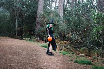 Hexe steht auf Holzweg