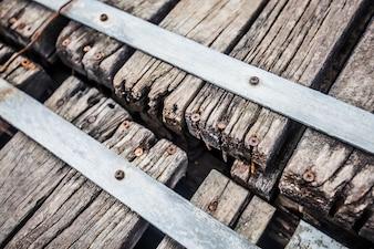 Holzbohlen mit rostigen Schrauben