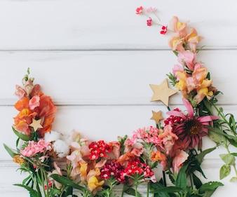 Hölzerne Beschaffenheit wit Blumen