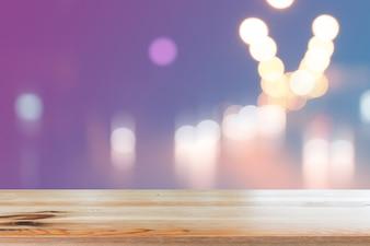 Holzschreibtisch mit unscharfem Licht Bokeh abstrakten Hintergrund