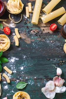 Holztisch mit verschiedenen Arten von Pasta