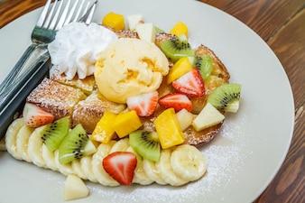 Honig Toast mit Früchten