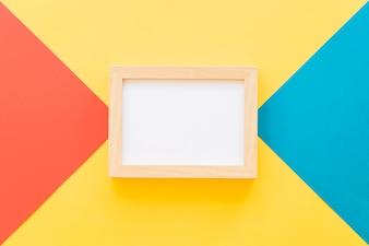 Horizontale Rahmen auf bunten geometrischen Hintergrund