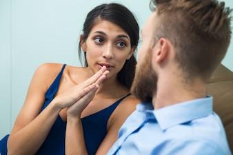Hübsche Frau fragt Freund für etwas