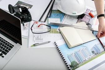 """""""Incognito Architekt am Schreibtisch arbeiten."""