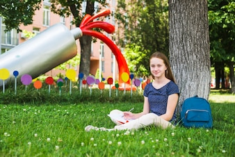 Inhalt Student sitzt auf Gras mit Notizen