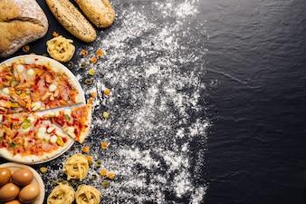 Italienische Lebensmittelkomposition mit Platz auf rechts und Mehl