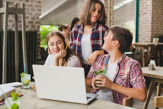 Jugendliche mit Laptop verbringen Zeit im Café
