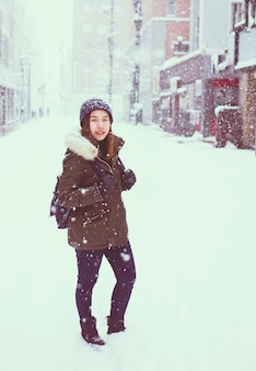 Junge asiatische touristische Frau im Winter, Sapporo - Japan.