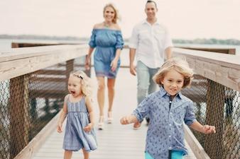 Junge Familie auf der Straße