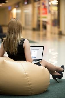 Junge Frau Einkaufen durch elektronische App