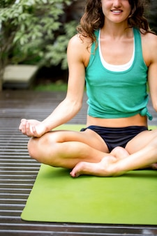 Junge Frau üben Yoga auf Übungsmatte