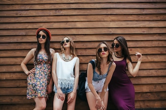 Junge Mädchen posiert