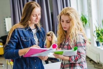 Junge Mädchen teilen sich mit Notizen