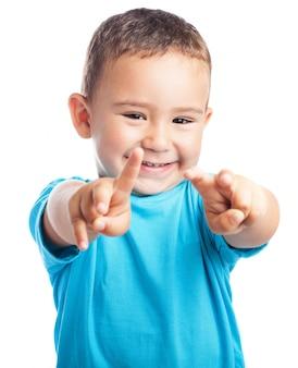 Junge zeigt mit beiden Händen