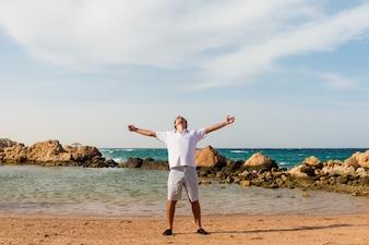 Junger Mann am Strand