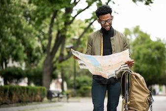 Junger Mann Hintergrund schwarz Mode