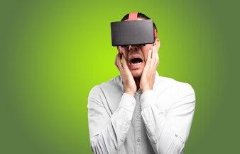 Junger Mann mit einer virtuellen Brille