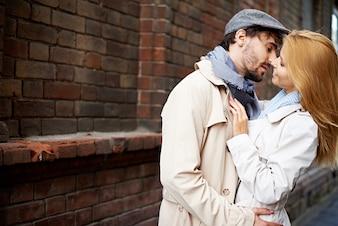 Junges Paar in der Liebe im Freien