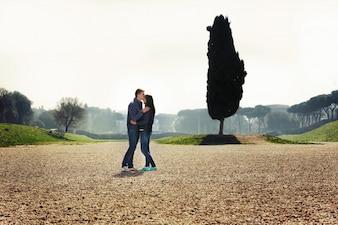 Junges Paar steht im grünen Park in Rom