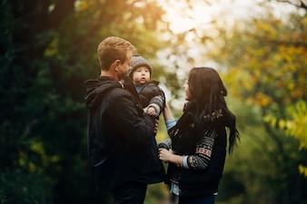 Junges Paar zu Fuß mit Kind