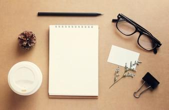 Kaffee- und Schreibwaren-Mockup-Set mit Retro-Filter-Effekt