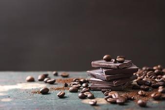 Kaffeebohnen mit Stücken von Bitterschokolade