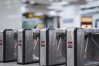 Kartenschranken am U-Bahn-Eingang