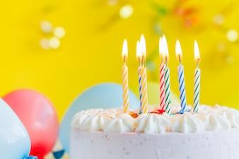Kerzen auf festlichen Kuchen