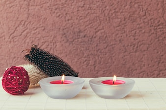 Kerzen und Gummibandkugel