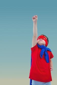 Kid wie ein Held gekleidet