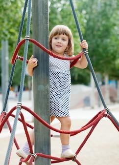 Kind auf Seilen auf Spielplatz