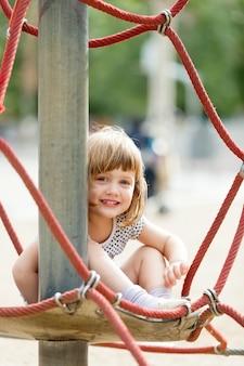 Kind auf Seilen
