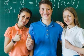 Kinder mit Daumen hoch in Mathe Klasse